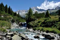 Dolomiteflod och berg royaltyfria foton