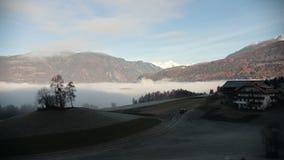 dolomites Bella panoramica nebbiosa delle montagne, foresta e casette Nubi video d archivio