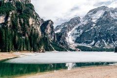 Dolomites de lac de wildsee de Pragser Photographie stock