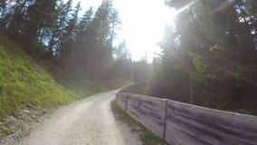 Dolomites, Italia Lapso de tempo na estrada de terra que conduz da vila de San Cassiano ao alojamento de Las Vegas Ponto de vista filme