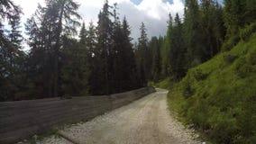 Dolomites, Italia Lapso de tempo na estrada de terra que conduz da vila de San Cassiano ao alojamento de Las Vegas Ponto de vista video estoque