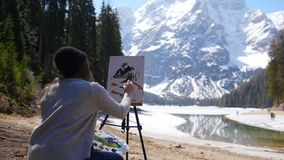 dolomites Montanhas de tiragem e floresta de uma jovem mulher em uma lona video estoque