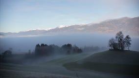 dolomites mystisk liggande Dimmigt mulet väder Låga vita moln Timelapse stock video
