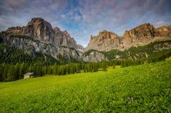 Dolomites pendant le lever de soleil, Italie Photographie stock libre de droits