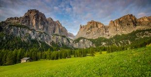 Dolomites pendant le lever de soleil, Italie Photo stock