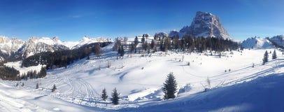 Dolomites skidar lutningen Arkivfoto