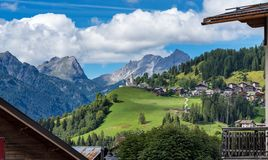 Dolomites stad av Selva di Cadore, Veneto, Italien royaltyfri fotografi