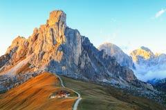 Dolomitesberg Passoen di Giau, Monte Gusela på behind N Arkivfoton
