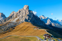 Dolomitesberg Passoen di Giau, Monte Gusela på behind N Arkivfoto
