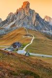 Dolomitesberg Passoen di Giau, Monte Gusela på behind N Royaltyfria Foton