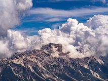 Dolomitesberg som täckas, genom att bedöva moln royaltyfri foto