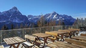 Dolomitesbergpanorama från terrasspunkt av sikten arkivbilder