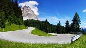 Dolomitesliggande med bergvägen. Arkivfoton