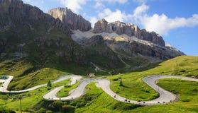 Dolomitesliggande med bergvägen. Arkivfoto