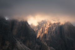 Dolomitgebirgsfelsige Spitzen bei Sonnenuntergang Stockfotografie