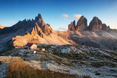 Dolomitgebirgspanorama in Italien am Sonnenuntergang stockfotos