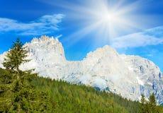 Dolomitgebirgssommer-Sonnenscheinansicht Stockfoto