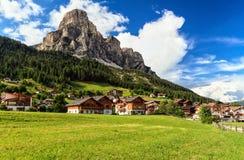Dolomiti - Corvara in Badia nella cittadina di Badia Fotografia Stock Libera da Diritti