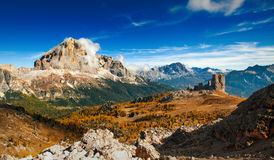 Dolomiti italiano - montañas del ofhigh de la visión panorámica Imagenes de archivo