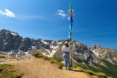 Dolomiti - mujer en punto panorámico Imagenes de archivo
