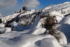 Dolomiti Passo Falzarego baksida Cinque Torri arkivfoto