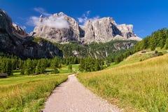 Dolomiti - vandringsled i Badia Valley Arkivfoto