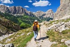 Dolomiti - wycieczkowicz w Badia dolinie Zdjęcie Stock