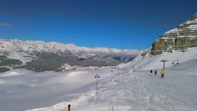 Dolomits italianos, feriado skying nos cumes, trento foto de stock