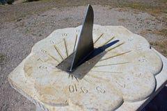 Dolomitu Sundial z żelazną igłą fotografia stock