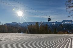 Dolomity, narciarski teren z pięknymi skłonami i niebieskie niebo, Pusty narciarski skłon w zimie na słonecznym dniu Przygotowywa zdjęcie stock