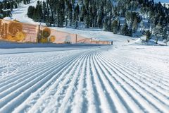 Dolomity, narciarski teren z pięknymi skłonami Pusty narciarski skłon w zimie na słonecznym dniu Przygotowany piste i słoneczny d obraz royalty free