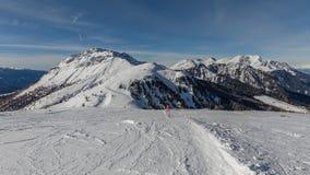 Dolomity, narciarski teren z pięknymi skłonami Pusty narciarski skłon w zimie na słonecznym dniu Przygotowywa narciarskiego skłon obrazy stock