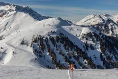 Dolomity, narciarski teren z pięknymi skłonami Pusty narciarski skłon w zimie na słonecznym dniu Przygotowywa narciarskiego skłon fotografia stock