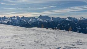 Dolomity, narciarski teren z pięknymi skłonami Pusty narciarski skłon w zimie na słonecznym dniu Przygotowywa narciarskiego skłon obraz stock