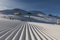 Dolomity, narciarski teren z pięknymi skłonami Pusty narciarski skłon w zimie na słonecznym dniu Przygotowywa narciarskiego skłon obrazy royalty free