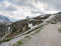 DOLOMITY WŁOCHY, Maj, - 26, 2018: Refugio Auronzo, Alpejska buda 2333m Fotografia Royalty Free