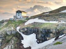 DOLOMITY WŁOCHY, Maj, - 26, 2018: Refugio Auronzo, Alpejska buda 2333m Fotografia Stock