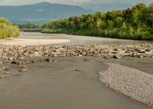 Dolor de Bregenzer del río con las montañas en el fondo en verano Foto de archivo libre de regalías
