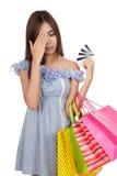 Dolor de cabeza asiático de la mujer con las tarjetas de demasiado crédito Fotos de archivo