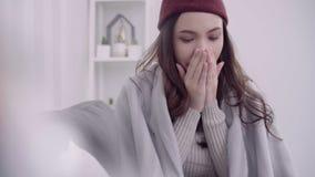 Dolor de cabeza asiático de la sensación de la mujer envuelto en soplo combinado gris la nariz y el tejido del uso mientras que m metrajes