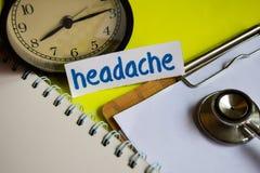 Dolor de cabeza en la inspiración del concepto de la atención sanitaria en fondo amarillo imagenes de archivo