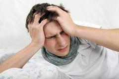 Dolor de cabeza enfermo de la sensación del hombre joven Imagen de archivo