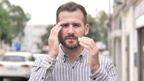 Dolor de cabeza, hombre casual subrayado incómodo de la barba metrajes