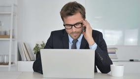 Dolor de cabeza, hombre de negocios en la tensión en el trabajo almacen de metraje de vídeo