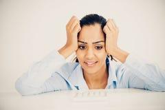 Dolor de cabeza indio subrayado de la mujer de negocios presionado Fotos de archivo libres de regalías