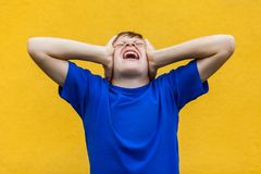 Dolor de cabeza La cabeza conmovedora del muchacho joven y tiene una jaqueca Fotos de archivo libres de regalías