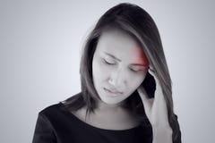 Dolor de cabeza Mujer asiática que tiene un dolor de cabeza foto de archivo libre de regalías