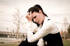 Dolor de cabeza - mujer de negocios joven Imágenes de archivo libres de regalías