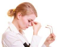 Dolor de cabeza Mujer que sufre del dolor principal aislado Fotos de archivo libres de regalías