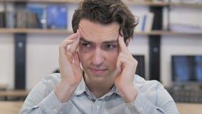Dolor de cabeza, retrato del hombre creativo tenso en oficina metrajes